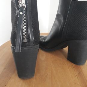 Fede sorte støvler sælges grundet flytning. Lækker blød hæl og flot mønster ved anklen.  Brugt få gange