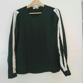 Mørkegrøn bluse fra Envii med striber ned langs armene.  Byd gerne!! 🙋 Rabat ved køb af flere produkter - alt skal væk🌻  Skriv for flere billeder og information💌