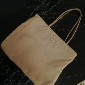 Jeg sælger min prada taske i sand/lys beige. Den er i fin stand, men med små brugsmærker udenpå. Næsten som ny indvendig. Rigtig fin skuldertaske :-)