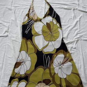 Brand: Italiensk Varetype: Kjole Farve: Grøn hvid sort  Sød kjole købt i Italien. Husker ikke mærket. 95% viskose, 5% elastan. Der er en enkelt lille skade i stoffet - se billede 3