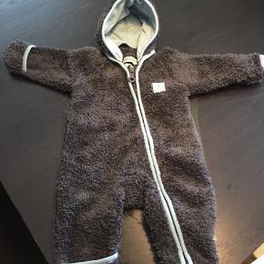 Lækker bamsedragt som kan brugesfra nyfødt og til str 56 med luk for hænder og føder og til str ca 62 med åbne hænder og føder 😊
