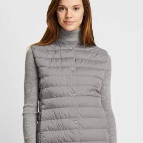 Fin vest fra Uniqlo, perfekt i de kolde efterårs og vintermåneder. Passer godt under fx en uldfrakke for ekstra varme.