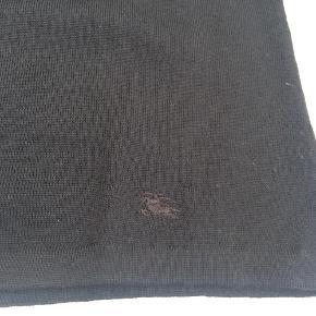 Varetype: Fin klassisk rullekrave bluse i lækker Burberry kvalitet Størrelse: XL se mål Farve: Sort Oprindelig købspris: 1500 kr.  100% Ekstra fin Merino uld - lækker og blød    Mål:  Bryst under ærmegab: 40 cm  Nakke til underste kant: 57 cm    Blusen er brugt en gang    Jeg har købt blusen i Burberry's forretning i London