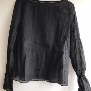 Super fin, gennemsigtig bluse med prikker. Jeg synes den er lidt lille i det over skulderne.