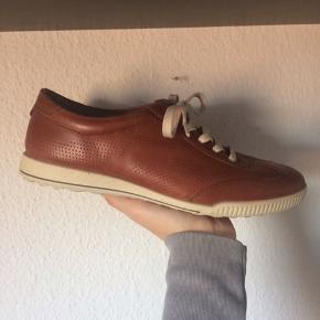 Ecco - sko (herre) Str. 39 Næsten som ny Farve: brun Indvendig sål mål: 26 cm Køber betaler Porto!  >ER ÅBEN FOR BUD<  •Se også mine andre annoncer•  BYTTER IKKE!