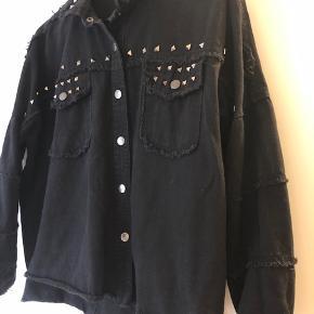 Super fed nitte cowboy jakke/skjorte i oversized sælges. Købt herinde og kun brugt 1 gang efter køb.