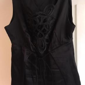 Varetype: Silketop Farve: Sort  Den smukkeste top i fed silke med bindebånd.
