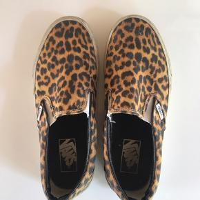 Beaters af Vans, men tror sgu en våd klud kan tage så meget. Selve skoen har mange år endnu   🛍 Sender med DAO 🛍 Køber betaler fragt 🛍 Kommer fra et IKKE ryger hjem 🛍 Tages ikke retur