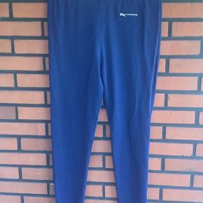 Blå leggingsagtige bukser med elastik i taljen og lynlåse i benene. Kun brugt få gange og vasket en enkelt gang. Desværre købt for store til mig