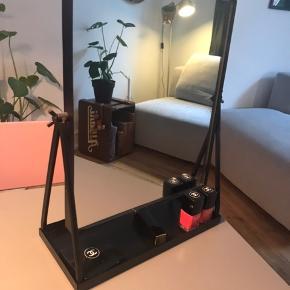 Fint spejl sælges - fejler intet.  Spejlet kan vippes og der kan ligge makeup m.m. På bakken under.  199kr kan sendes for 45kr forsikret eller afhentes på Vesterbro :)