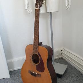 Yamaha FG-260 12-strenget guitar. Sikkert fra 70'erne, men i rigtig fin stand.