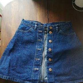 En a snit nederdel fra Monki i størrelse 36 i denim stof. Er vokset ud af den og tager derfor ikke billeder med den på. Sælges for 70 kr. Køber betaler fragt.