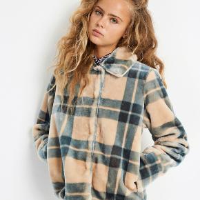 Sælger denne populære jakke, som aldrig er brugt.   Np. 1000 kr.  Kom gerne med BUD!