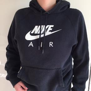 Denne Nike trøje er i god stand, dog er der et lille hul bag på ryggen som nemt kan blive syet.