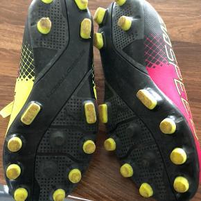 Fine fodboldstøvler.