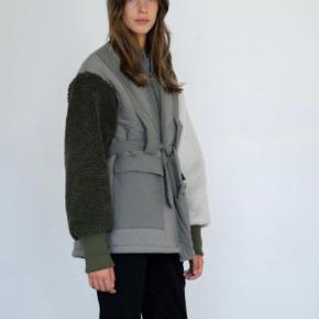 Overvejer at sælge min Meotine jakke. Den er kun brugt få gange og fremstår som ny :)   Størrelse M/L. Den er almindelig i størrelsen, og er oversize. Jeg er normalt en medium i jakker.
