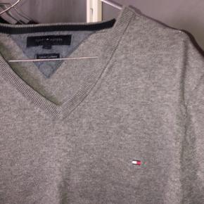 Brugt meget få gange. Super dejlig sweater fra tommy Hilfiger. Står som ny. Ny prisen var 700 kr. byd. Passes af en M/L