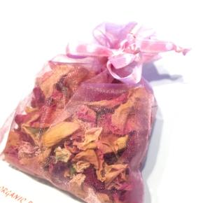 Rose blade, duft poser med roser, Duft fra USA  God gaveide til hende. Kun 3 tilbage.  Den lyserøde organza pose er fyldt med rose blade, og de giver en skøn duft! Mål: 9x10 cm.  Hæng dem til pynt på badeværelser, eller i entreen, eller i soveværelset - eller læg den i skuffer, så dit tøj dufter af roser.  Jeg kan handle med mobilpay: Jeg sender gerne med post nord til din postkasse (+10 kr 5 dages leveringstid eller 29 kr 1 dags leveringstid), hvis du ikke kigger forbi og henter den. Jeg kan handle via Trendsales med DAO pakkepost (+32 kr), hvor du afhenter pakken ved ønsket DAO udleveringssted.  mvh Lise
