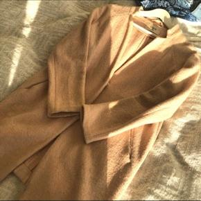 versized frakke fra Envii i en lys rosa farve. Uldblanding. Købt sidste år, brugt få gange. Str small  Nypris ca 700 kr  Køber betaler evt fragt via DAO, bud er velkomne . Bytter ikke 😊 mp er 200kr