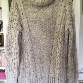 Stor og vamset sweater fra H&M. Kun brugt få gange. Med 5% uld og 3% alpaka.  Stor i størrelsen.  Skøn til efteråret inden vinterfrakker.