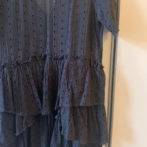 Fin kjole fra h&m med hulmønster og flæser. I god stand 😊