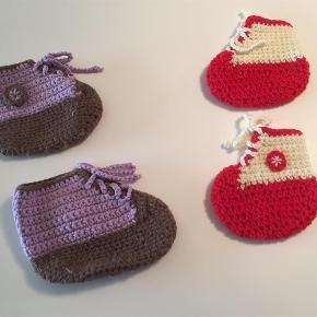 Varetype: futter Størrelse: 4-6mdr Farve: Multi  2 par hjemmestrikkede futter med snøre, så de kan tilpasses babys fod.  Størrelsen passer til en baby på ca. 3-6 mdr.   15,- pp for begge par