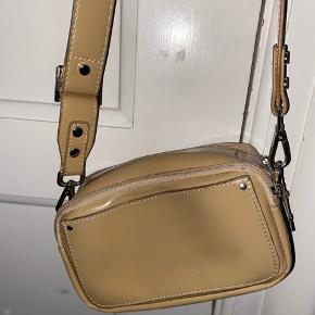 adax taske 1 stort rum 2 små meget fin hvis man skal i byen den kan også bruges som clutch  sælger da jeg ikke får den brugt den nok