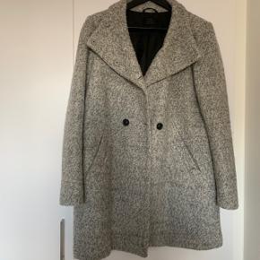 Frakke fra ONLY str. L.  Aldrig brugt.  Fra røg- og dyrefrit hjem✨