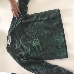 Jeg sælger min Stone Island trøje som jeg snart har haft i et år, jeg købte den på farfetch til 1700. Den er ikke brugt særlig meget pga den er for var for stor til mig. Det en størrelse small men den er lidt stor i størrelsen.