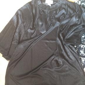 Lille tøjpakke bestående af  1 par nye herramsbukser 49 kr 1 bluse brugt 29 kr 1 T-shirt kjole ny 49 kr  Samlet pris 99 kr