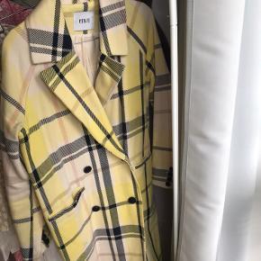 Envii frakke i str. 34 - men stor i størrelsen. Sælges meget billigt pga lille plet! Ellers ingen store fejl ❤️
