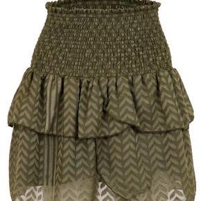 Sælger denne super fine nederdel i army grøn fra neo noir💚 Aldrig brugt, med PRISMÆRKE. Sælges da den dsv ikke passer mig:( Nederdelen er udsolgt mange steder, ihverfald i denne str. IKKE rygerhjem. Tjek mine andre annoncer:)