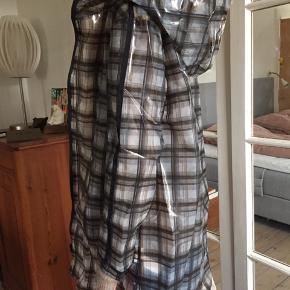 Fed regnfrakke fra Zara Basic købt i New York. Den er lille i str.  Ternet i sort, brun og grå.