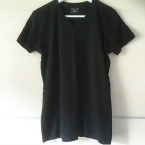 Berydale basis t-shirt. Bomuld. V-hals. Sender med DAO. Køber betaler forsendelse.