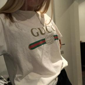 BYD!!!!! Der er budt 1850kr   Fitter: oversize XS, S og M Nypris: 390€=2911 ca Mindstepris (byd): 1700 Cond= 9,5 (brugt en gang) Alt OG medfølger    Hej, jeg har her for et halvt år siden ca. købt en Oversize Gucci Logo T-shirt, inde på Gucci's hjemmeside, men jeg har simpelthen aldrig fået den brugt. Den er kun brugt en gang, ellers er den helt ny. Har alle kvitteringerne, alle mærkerne og kasserne den er kommet i med posten. Grunden til jeg sælger er kun fordi jeg aldrig får den brugt, hvilket er super ærgerligt da det er en super dejlig og den er virkelig god kvalitet.  Der er ingen pletter, eller selv lavede huller, så den er helt som den kom i pakken.  Vil helst gerne have 1800 for den mindst, men byd er altid åben for forhandlinger🤪  Stil meget gerne spørgsmål med hensyn til trøjen:)  Og skriv en besked hvis i kunne tænke jer at se flere billeder af den   Det ville passe mig bedst hvis vi kunne arrangere et meetup, hvor vi mødes og du kan evt se på den før.