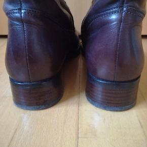 Super lækre brune støvler i ægte læder fra Ecco. Str 40. Lynlås på indersiden på midten af støvlen. Har været brugt i en kort periode, men er ikke skæve i hælen, slidte osv. Er i tvivl om de skal stå i kategorien næsten ny eller god men brugt. En lækker støvle i blødt lækkert læder. Super smuk farve. 460, - pp Sender hurtigt