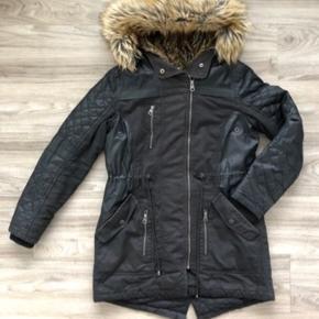 Vinterfrakke med pelshætte fra New Yorker på Strøget. Mærket er FB Sister. Størrelse M.  Frakken er pæn overordnet set.  Der er dog en lille smule slid nederst på indersiden af ærmerne, derfor er prisen sat til kr. 99,- pp hvilket er vildt billigt for denne frakke!!!  Se også mine andre annoncer. Har alt muligt lækkert til kvinder, piger og drenge.