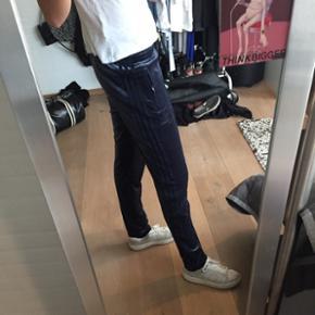 Sælger mine Adidas velour bukser da jeg ikke bruger dem.