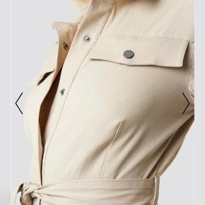 Anna Nooshin X NA-KD buksedragt med bindebånd og 2 bukselommer i siderne. Ingen lommer bagpå.  Aldrig brugt
