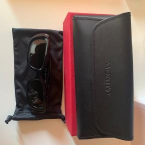 Valentino solbriller der aldrig er blevet brugt. Helt nye! Der er både kvittering og alt tilbehør med. Nypris 2700. Mp 1800.
