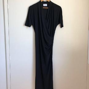 Ganni kjole str s.  Været på 1 gang.  Med slids i den ene side. Farve sort.  Fast pris over MobilPay ellers +ts gebyr