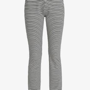 HELT NYE MED TAGS. Sælger disse flotte sort hvis stribede bukser fra custommade. De er bløde i materialet og sidder super godt. Sælger også den sweater der er på modellen på første billede - tjek evt mine andre annoncer.   #30dayssellout  Derudover har jeg også en tilhørende bluse, der passer til bukserne, som også er helt ny! Skriv for interesse, så sender jeg billeder af den også.
