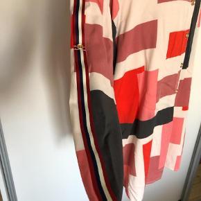 Varetype: Langærmet Farve: Multi  Skøn lang skjorte med fine detaljer. 100% viscose
