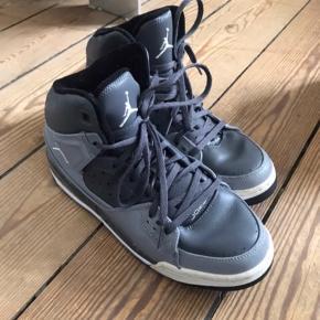 Nike Jordans sneakers. Helt fin stand, brugt meget lidt. Str. 40, 25 cm - små i størrelsen og en 39.