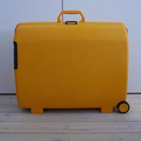 Det sødeste kuffert fra Samsonite. Rigtig godt kvalitet. Brugt og har få ridser men det er i perfekt stand. Alt virker som det skal. Mål: 70x22x55cm  Kan hentes i København eller Hellerup og omegn