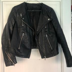 Læder jakke fra H&M i ægte læder. God som ny. Oprindelig pris 1500 kroner. Passer også en str. 36.