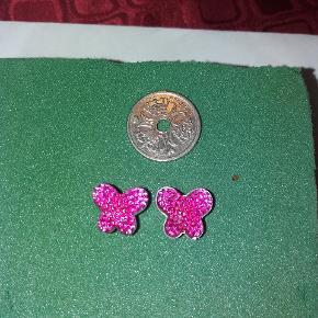 Øreringe - sommerfugl. Mønten er en 1 kr for at vise str.  Kan sendes med postnord som brev for 10 kr.  Eller med dao for 32 kr.