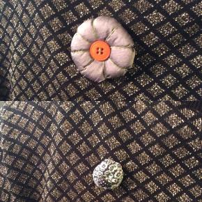 2 stof brocher fra Noa Noa  Brug dem F.eks. på trøjen, på tasken eller tørklædet (om halsen eller i håret)   Fast pris, plus porto: Stor: 20 kr. (ca.6x6 cm.) Lille: 15 kr. (ca. 3x2,5 cm.) - begge: 30 kr.  - Betaling: kontant eller MobilePay   Bytter ikke.  Annoncen slettes hvis solgt, så ingen grund til at spørge om dette.