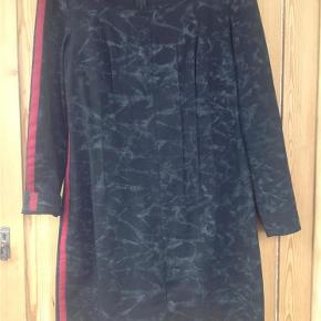 Superflot Joan Fisker kjole med fantastisk god pasform. BYD, se også mine andre kjoler.  Kjole Farve: Sort