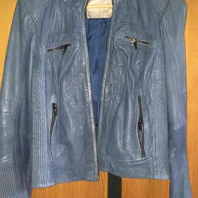 4a6bcf76 Varetype: læderjakke Farve: blå Oprindelig købspris: 4800 kr. Rigtig lækker  skindjakke fra